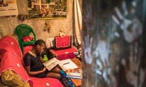 肯尼亚基贝拉一名小学生在家中学习。