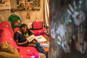 تلميذة في المرحلة الإبتدائية في منزلها بمنطقة كبيرة في كينيا.