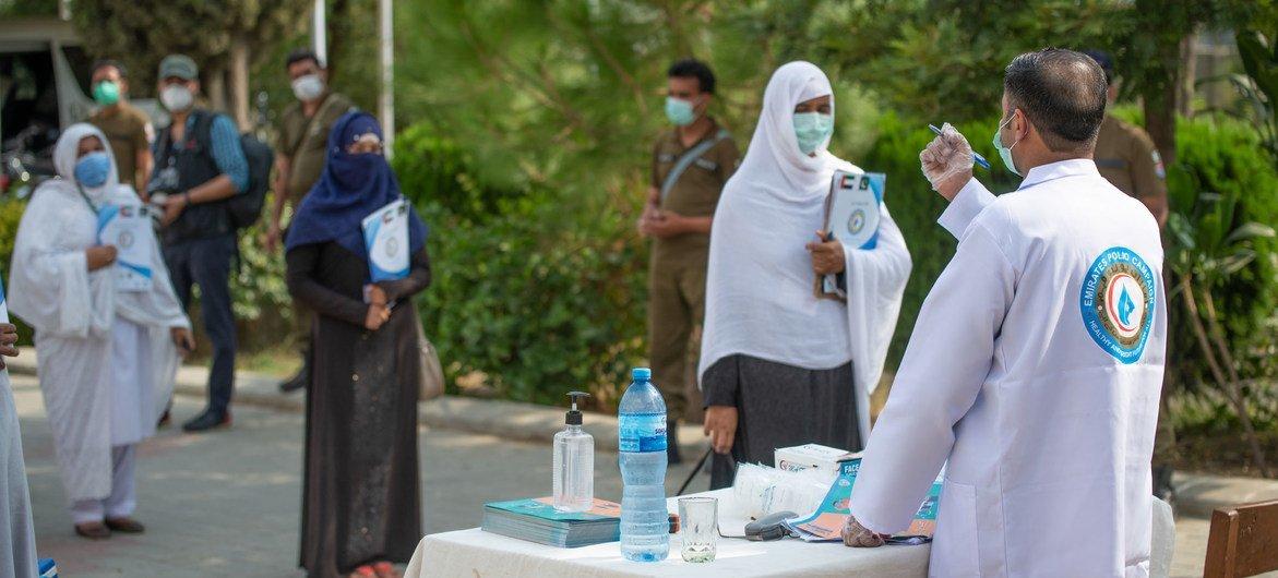 Des professionnels de la santé au Pakistan se préparent à lancer une campagne d'éradication de la polio.
