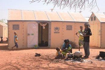 बुर्कीना फ़ासो में, देश के भीतर ही विस्थापित लोगों के लिये बनाए गए एक शिविर का दृश्य.