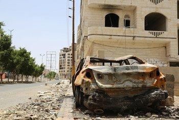 यमन में फ़ज अट्टन बस्ती का एक दृश्य जहाँ लगातार हवाई हमले होते रहे हैं. यहाँ की ज़्यादातर आबादी ने ये इलाक़ा छोड़ दिया है.