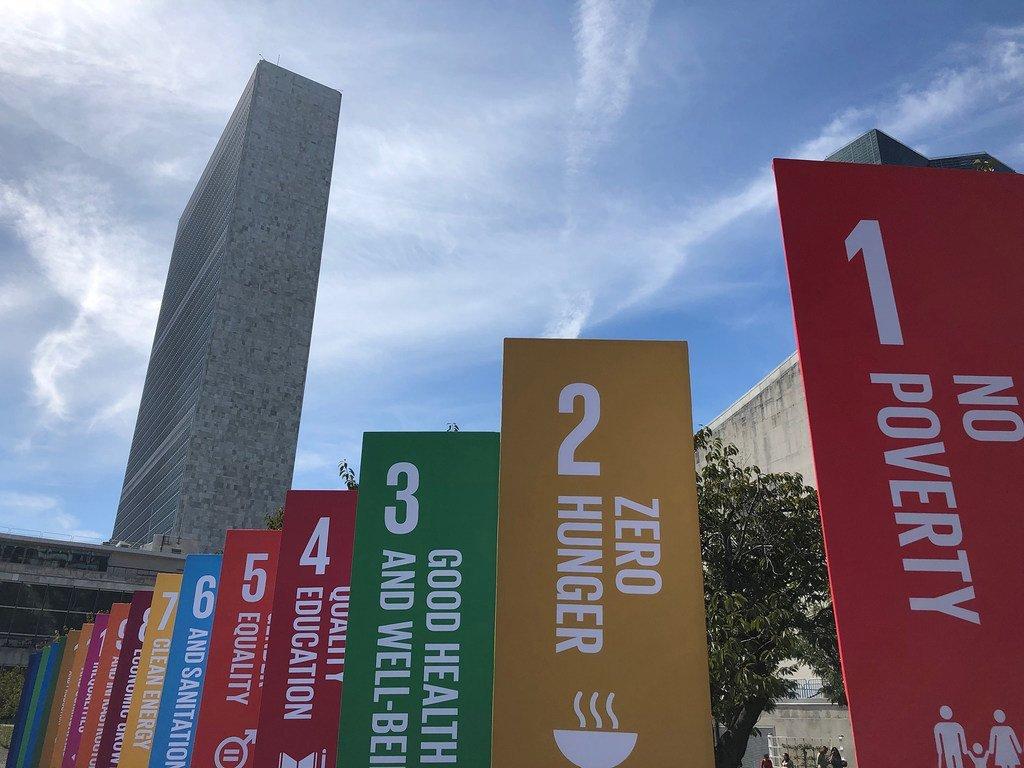 Des bannières arborant les objectifs de développement durable (ODD) disposées devant le siège des Nations Unies à New York. 20 septembre 2019.