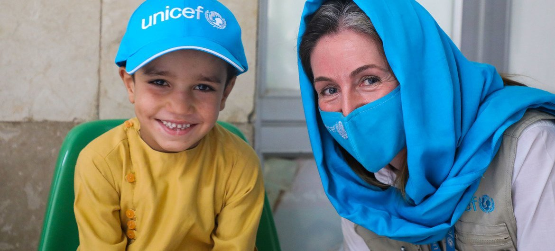 Sam Mort, la responsable de UNICEF en Afganistán, junto a un niño en un hospital de Kabul, la capital del país.