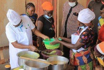 Kikundi cha wanawake mkoani Kigoma nchini Tanzania wakiwa kwenye mafunzo ya utengenezaji wa bidhaa mbalimbali za vyakula kwa kutumia viazi lishe.