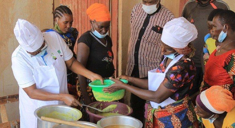 Grupo de mulheres na Tanzânia recebe treinamento da FAO sobre evitar desperdício alimentar