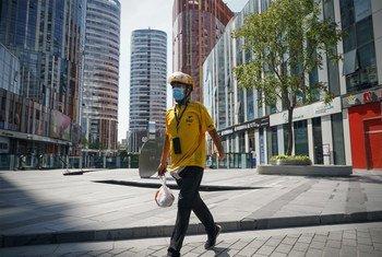 Un homme livre de la nourriture à Pékin, en Chine, en septembre 2020.