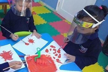 أطفال يشاركون في مخيم بناء الرواد بمؤسسة علمني