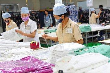 نساء يعملن في مصنع ملابس في هاي فونغ، فييت نام.