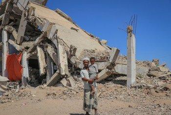 Un homme tient son enfant dans le camp de personnes déplacées d'Al-Dhale'e au Yémen.