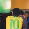 Vijana wa kiume wakitizama soka kupitia televisheni Volta Redonda, Brazil.