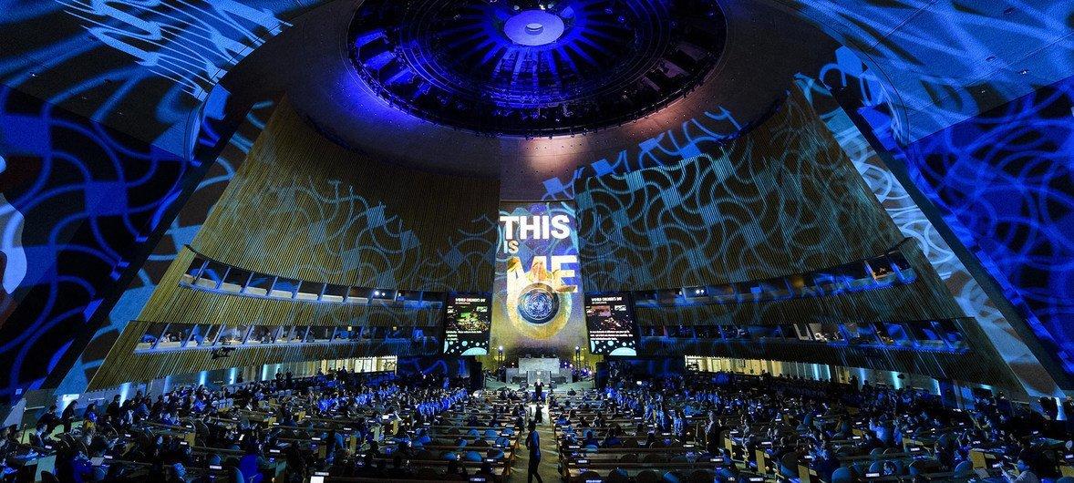 La Asamblea General de la ONU se viste de azul para conmemorar el 30 aniversario de la Convención sobre los Derechos del Niño.