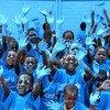 Niños de Costa de Marfil se pintan de azul en la celebración del Día Universal del Niño. Su escuela está hecha con ladrillos de plástico.