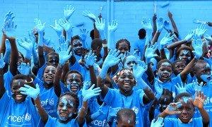 Pour la Journée mondiale de l'enfance, des enfants du village de Sakassou en Côte d'Ivoire ont peint leur nouvelle école en bleu. L'école est faite de briques en plastique recyclé.