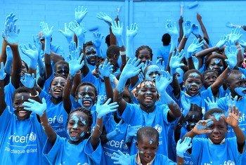 Katika kuadhimisha siku ya mtoto duniani , watoto katika kijiji cha Sakassou Côte d'Ivoirewamepanga rangi ya blu shule yao mpya. shule hiyo imejengwa kwa matofali ya plastiki