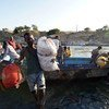 Refugiados da Etiópia cruzam o rio Tekeze para o Sudão.