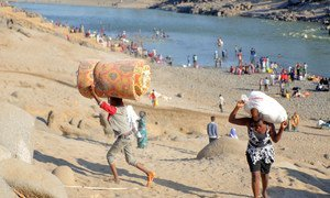لاجئون إثيوبيون فارون من الاشتباكات في إقليم تيغراي شمال إثيوبيا، يعبرون نهر تيكيزي إلى حمداييت في السودان.