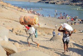 Les réfugiés éthiopiens, fuyant les affrontements dans la région du Tigré, au nord du pays, traversent la rivière Tekeze pour se rendre à Hamdayet, au Soudan.