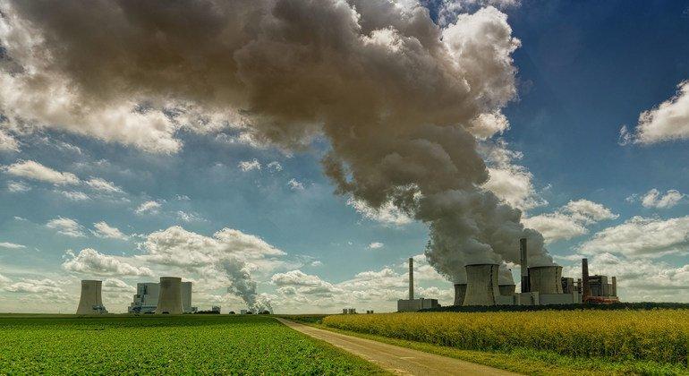 التباطؤ الصناعي جراء جائحة كورونا لم يحد من المستويات القياسية لغازات الاحتباس الحراري التي تحتجز الحرارة في الغلاف الجوي، ما يرفع درجات الحرارة ويدفع إلى مزيد من ظواهر الطقس المتطرفة.