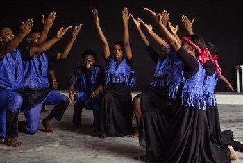 Nyimbo na dansi ya tamthilia ya Bintu kuhusu madhila wanayopitia watu waliokabiliwa na mzozo na njaa.