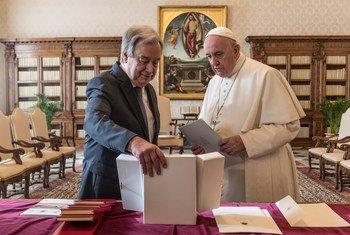 Durante o encontro, António Guterres e o papa falaram sobre o significado do Natal e lembraram de momentos de aflições e dores que afetam a toda a humanidade.