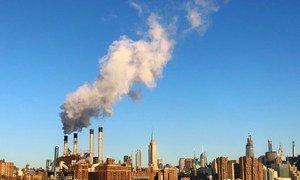 Emisiones de una fábrica en Manhattan, Nueva York.