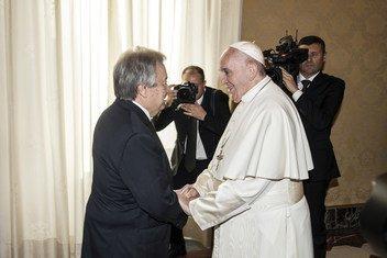यूएन महासचिव एंतोनिटो गुटेरेश (बाएँ) रोम के वेटिकन सिटी में पोप फ्रांसिस के साथ एक मुलाक़ात के दौरान.