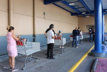 Personas en espera para poder entrar en un supermercado en Panamá en cumplimiento de las nuevas normas de distanciamiento físico.
