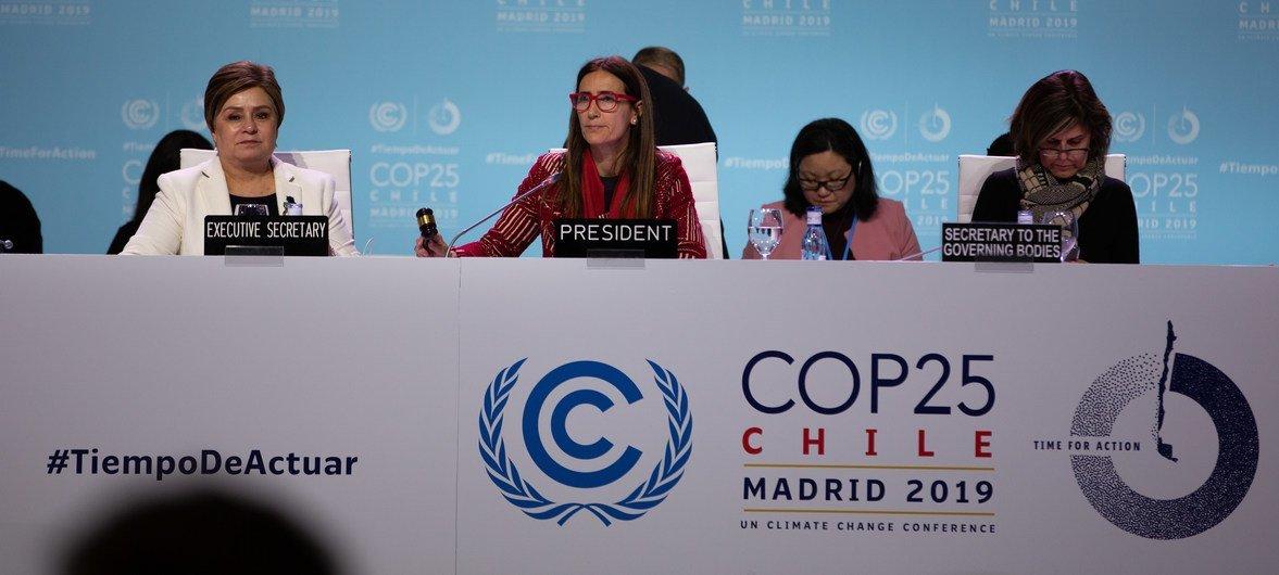 联合国气候变化框架公约执行秘书帕特里夏·埃斯皮诺萨(Patricia Espinosa)和第25届气候变化大会主席卡罗来纳·施密特(Carolina Schmidt)在午夜进行复盘。