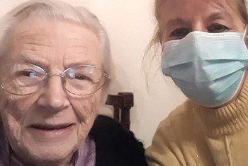 При общении с пожилыми,для которых коронавирус особенно опасен, маска - обяхзательна.