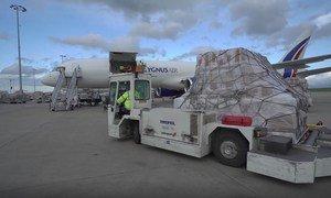 Un avion du PAM transportant près de 16 tonnes de fournitures comprenant des masques et des gants pour le Burkina Faso et le Ghana.