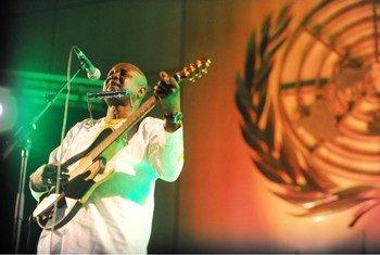 Le chanteur sénégalais Ismaël Lô rappelle les gestes simples pour se protéger du coronavirus.