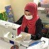 Refugiados y migrantes en centros de Bosnia cosen mascarillas para usarlas contra el coronavirus