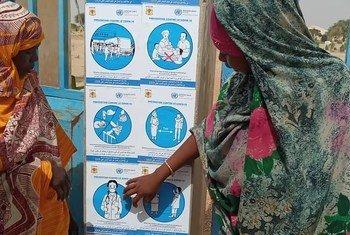 Para aumentar a consciência e proteger os chadianos da Covid-19, o Chade e a ONU recorrem a veículos de informação como jornalistas nas cidades e trabalhadores comunitários e contadores de histórias no campo.
