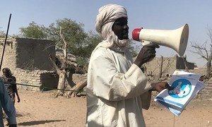 Au Tchad, 80 troubadours se déplacent dans huit provinces pour sensibiliser les habitants des régions isolées pour promouvoir des habitudes saines et dissiper tout doute sur le COVID-19