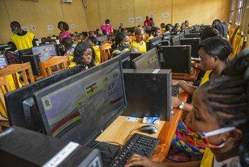 Des opérateurs de saisie du Centre de traitement des données de l'ANE deux jours après le scrutin du 27 décembre en République centrafricaine.