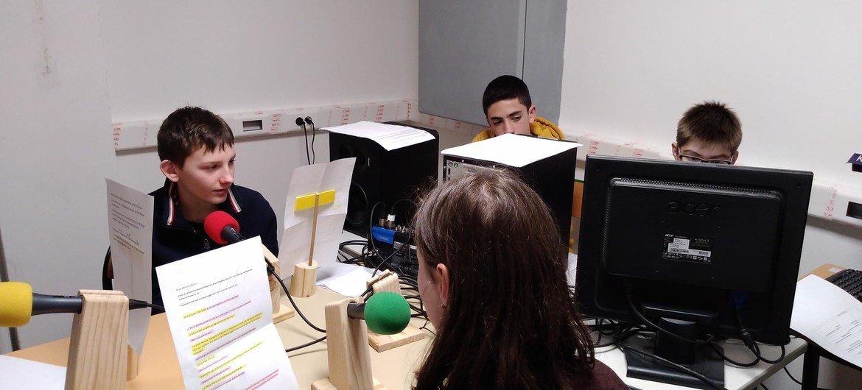 Des élèves enregistrent un programme pour leur webradio européenne.