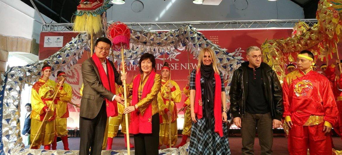 雅典中国文化中心举办的2019年欢乐春节活动。左一为雅典中国文化中心主任任刃;左二为中国驻希腊大使章启月。