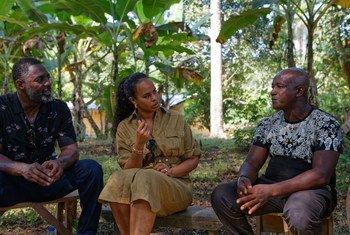 الممثل البريطاني إدريس إلبا (يسار) وزوجته صابرينا إلبا زارا سيراليون برفقة صندوق الأمم المتحدة الدولي للتنمية الزراعية (إيفاد).
