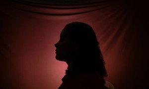 Почти четверь девушек в возрасте от 15 до 19 лет, сосиоящих в отношениях, подврегается насилию со стороны партнера.