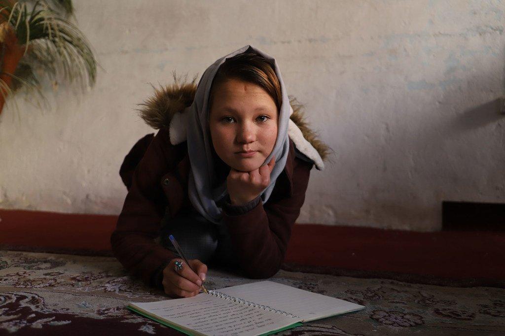 Une jeune fille afghane a fui en Iran avec sa famille et a vécu dans un camp de réfugiés pendant cinq ans avant de retourner en Afghanistan.