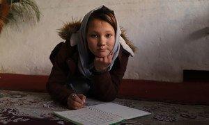 一个阿富汗女孩曾和家人逃到伊朗,在难民营里住了五年后才返回阿富汗。现在,她的国家再度陷入未卜的前途。