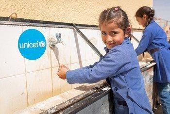 Niños en Jordania se lavan las manos en su escuela apoyada por UNICEF.