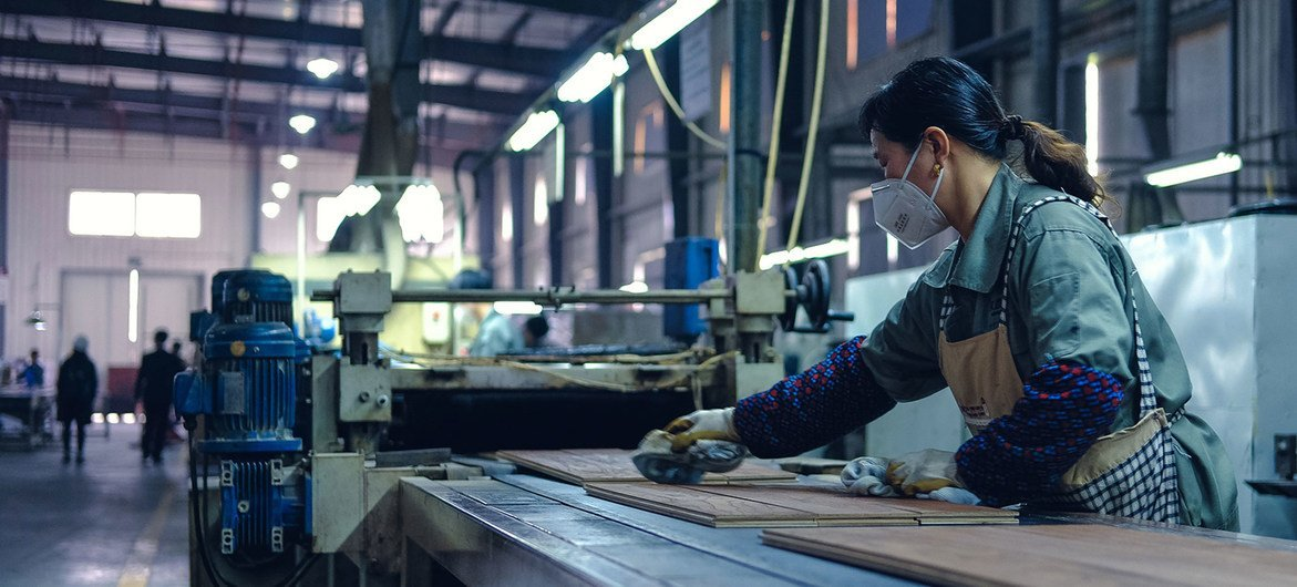 Trabalhadora em fábrica em Zhejiang, na China