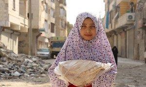 Сотрудники ВПП раздают продовольственные пайки нуждающимся семьям в Алеппо, Сирия  и снабжают жителей  брошюрами с информацией о коронавирусе