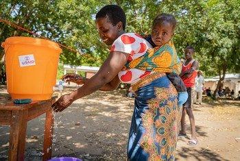 Huko Muona, Wilaya ya Nsanje (Malawi Kusini) walengwa wanaulizwa kuosha mikono na sabuni kabla na baada ya kupata vifaa vyao