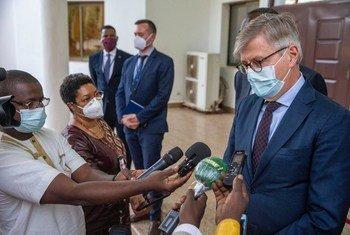 Lors d'une visite au Mali, le Secrétaire général adjoint aux opérations de paix de l'ONU, Jean-Pierre Lacroix, répond aux questions de journalistes à Bamako.