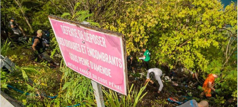 80 bénévoles ramassent les déchets d'une décharge sauvage à Bouillante, en Guadeloupe