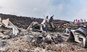 الحمم المتدفقة من الثوران البركاني لجبل نيراغونغو، والذي حدث في وقت متأخر من يوم 22 مايو. عبر أكثر من 5000 شخص الحدود إلى رواندا من غوما، ونزح 25 ألفا على الأقل في ساكي، على بعد 25 كيلومترًا شمال غرب غوما.