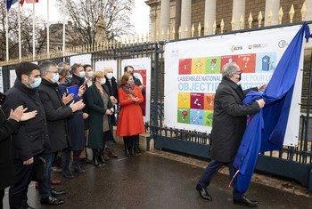 Le Président de l'Assemblée nationale française, Richard Ferrand, inaugure une exposition de la Fondation Elyx au Palais Bourbon, marquant l'engagement de l'institution dans l'Agenda 2030 et ses 17 Objectifs de développement durable.