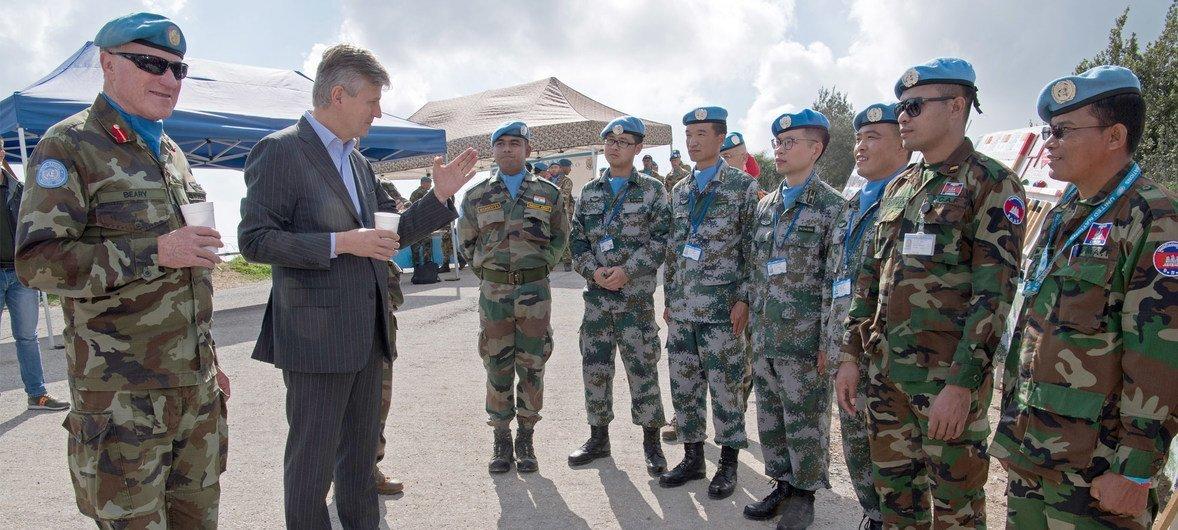 وكيل الأمين العام للأمم المتحدة لعمليات حفظ السلام، السيد جان بيير لاكروا، يناقش الوضع على طول الخط الأزرق في جنوب لبنان مع مهندسي اليونيفيل من الصين والهند وكمبوديا. 24 فبراير 2018.